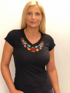 Kézzel hímzett fekete színű v-nyakú női póló
